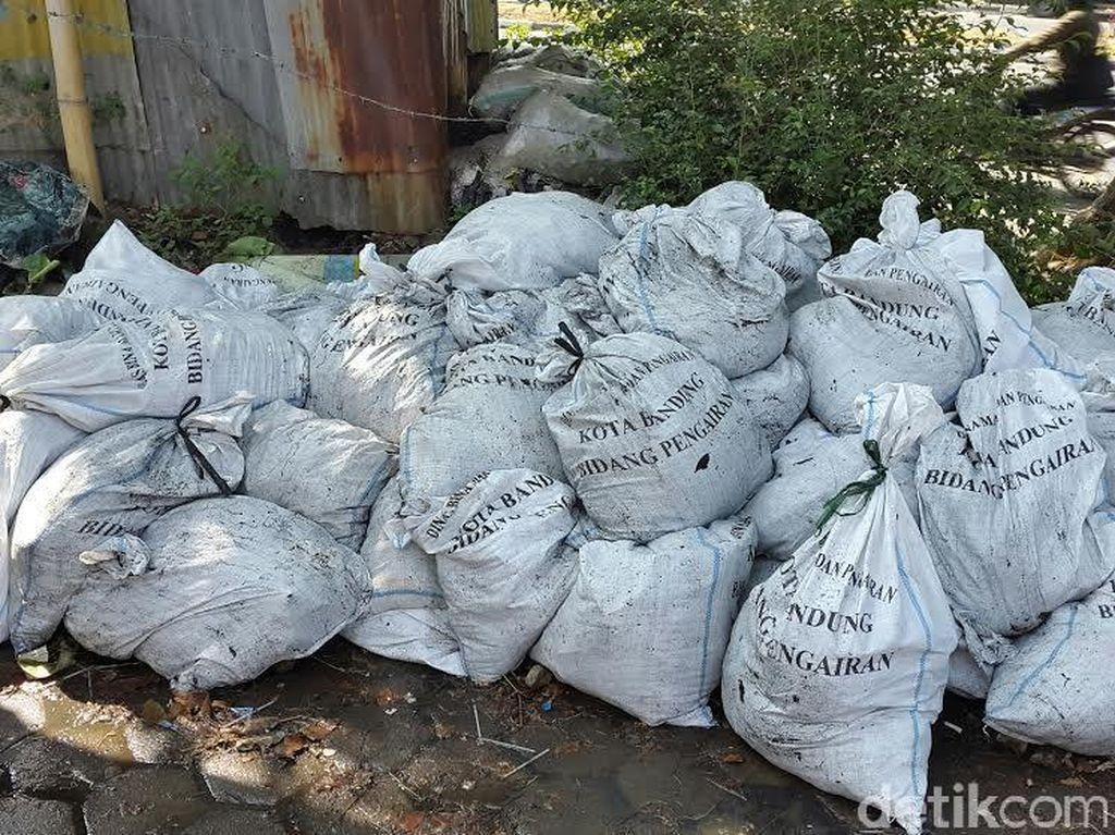 Satu Hari, 500 Karung Sampah Diangkut dari Sungai di Bandung