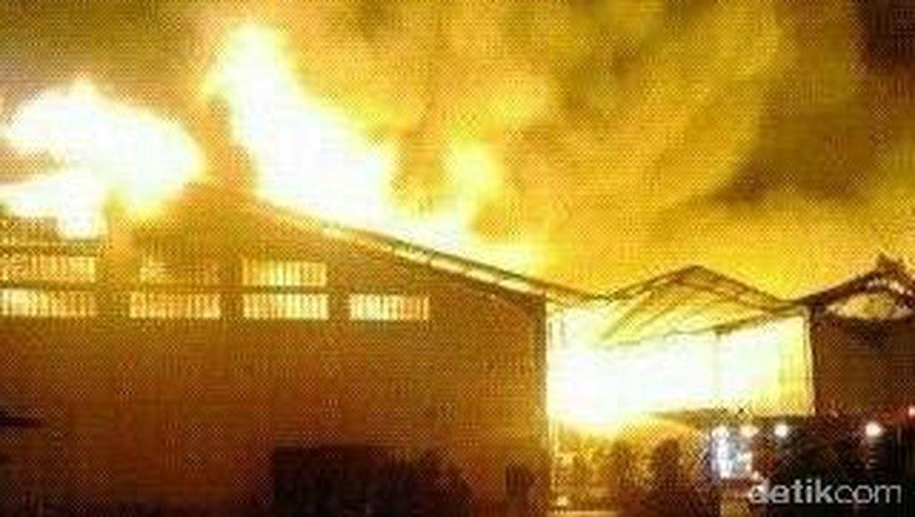 Diduga Hanguskan 2 Gudang Pabrik Buku Kiky, Begini Penampakan Kobaran Api
