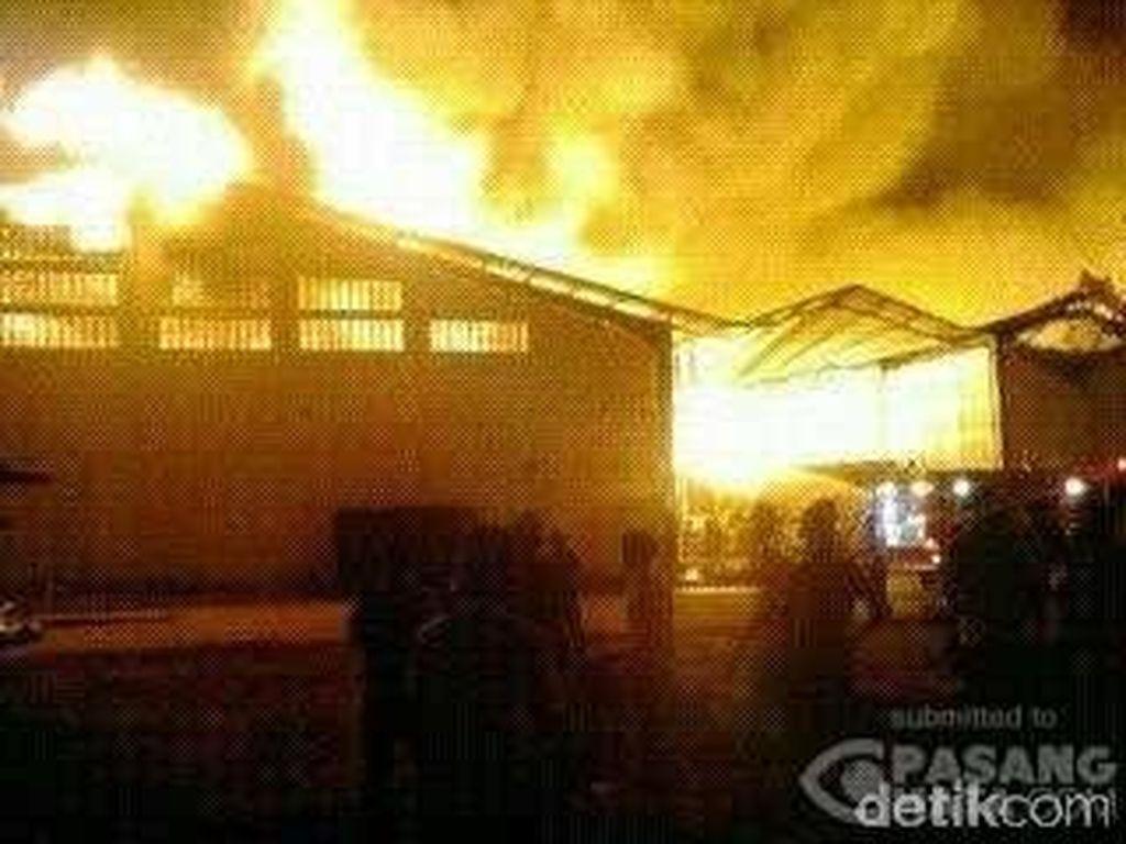 Api di Pabrik Buku Kiky Masih Berkobar, 3 Gudang Hangus Terbakar