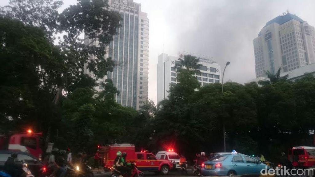 Asap Hitam Kebakaran di Ditjen Pajak Selimuti Langit Semanggi dan SCBD
