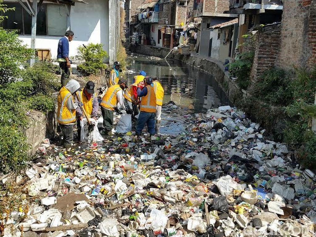 Sampah Sungai Saat Musim Kemarau di Bandung Mencapai 8 Ton per Hari