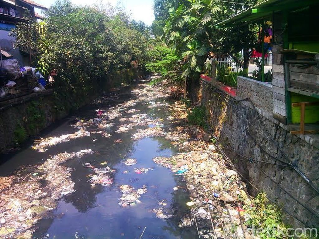 Kali Cicadas di Kota Bandung Juga Penuh Sampah dan Airnya Hitam Bau