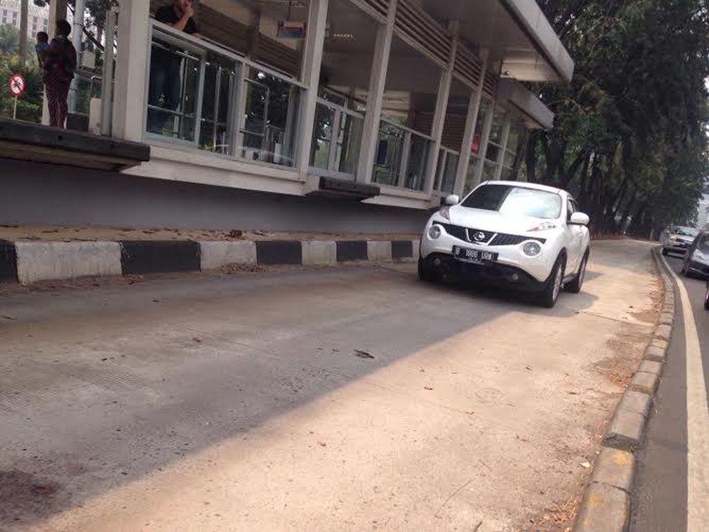 Duh! Mobil-mobil Ini Bebas Lalui Jalur TransJ di Jl Sudirman, Boleh?