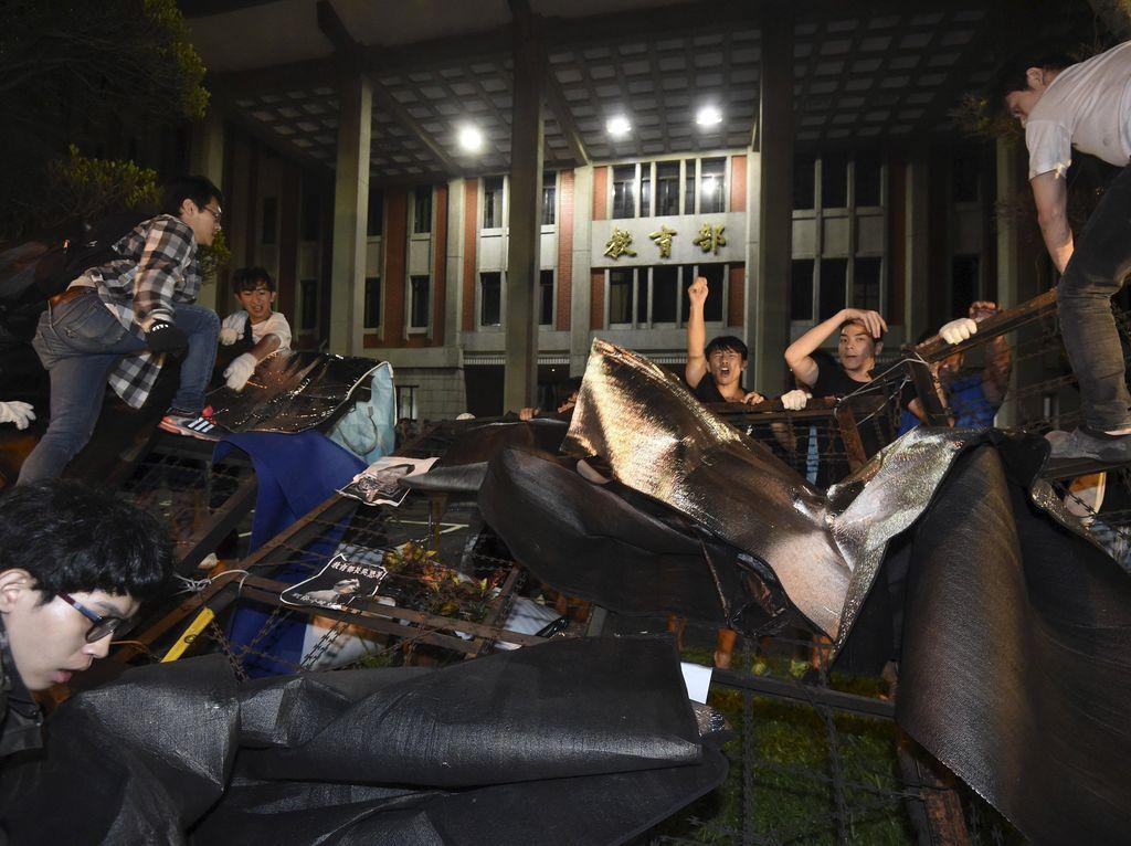 Mahasiswa Bunuh Diri, Ratusan Warga Taiwan Berdemo