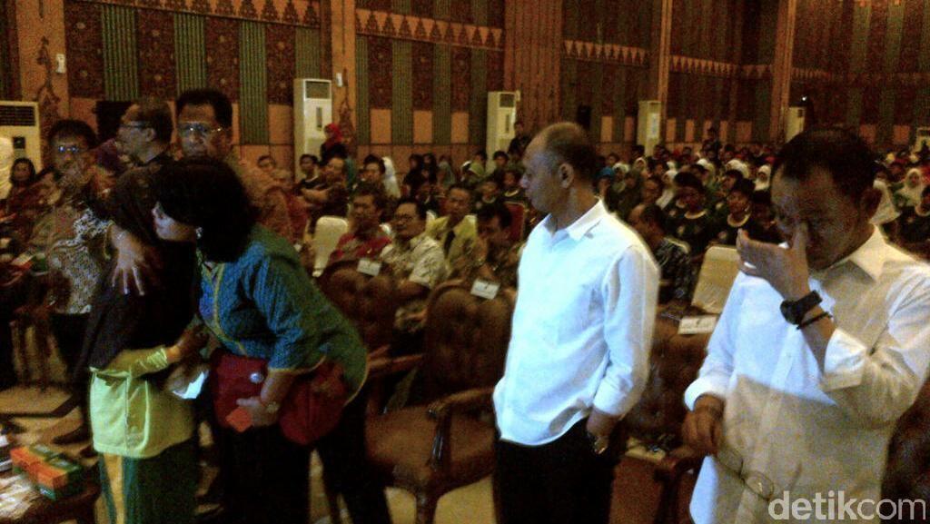 Menteri Hanif Terharu Dengar Kisah Fitri, Bocah yang Bekerja demi Keluarga