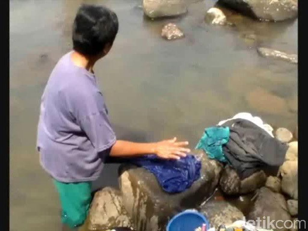 Warga Urug Manfaatkan Air Sungai Kotor untuk MCK