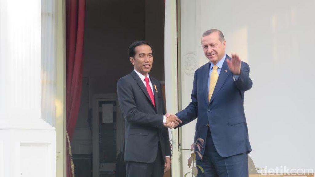 Presiden Jokowi dan Presiden Erdogan Berbincang Hangat di Pelataran Istana