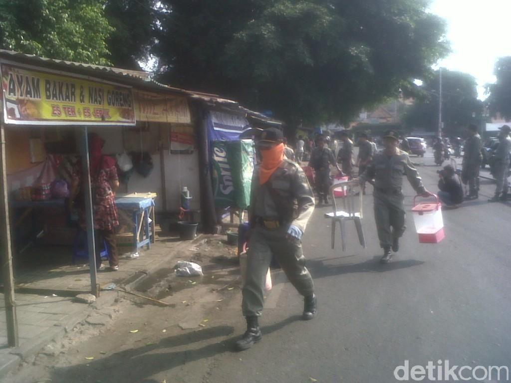 Adu Mulut Warnai Pembongkaran Lapak PKL Alun-alun Utara Yogya