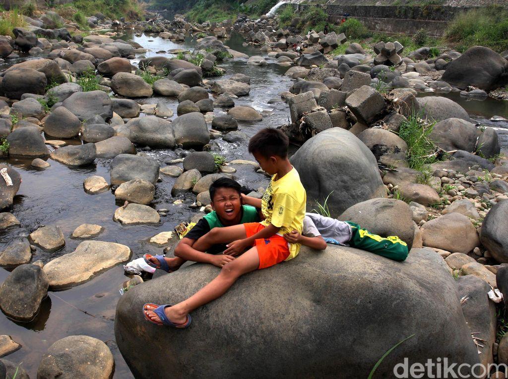 Kekeringan, Bendung Katulampa Jadi Wahana Bermain Anak-anak