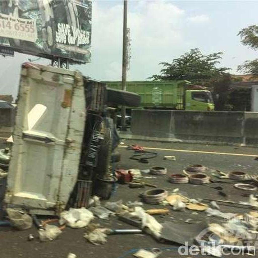 Muatan Truk Berserakan di KM 122, Lalin Cikampek Arah Bandung Macet Panjang