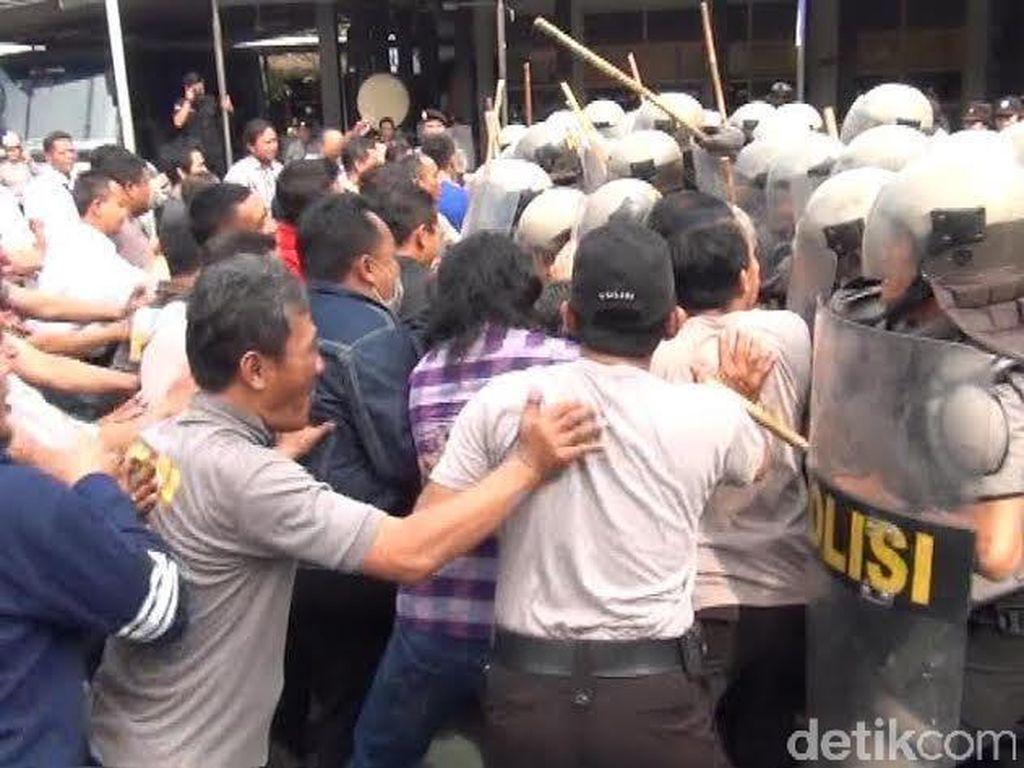 Polisi Gelar Simulasi Kericuhan Pilwali Surabaya