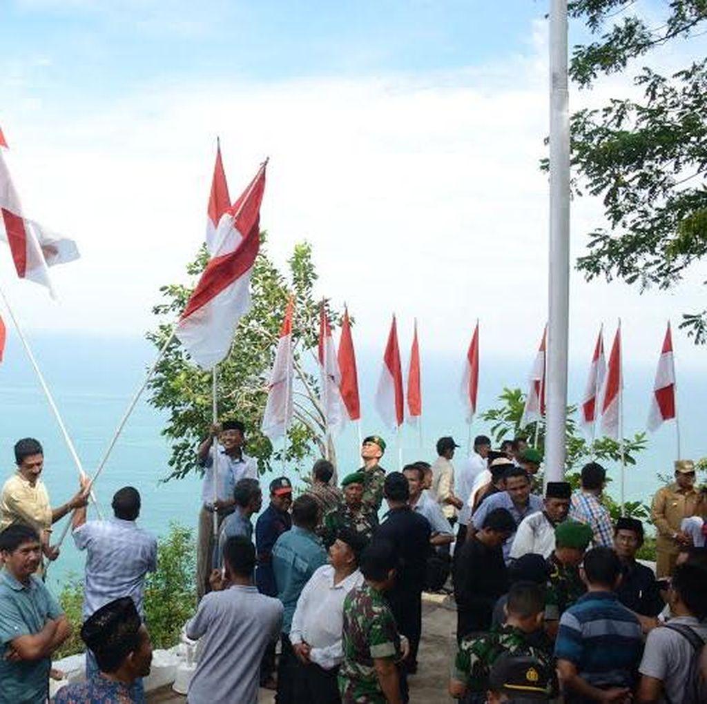 TNI dan Warga Aceh Jaya Kibarkan 2.500 Bendera Merah Putih