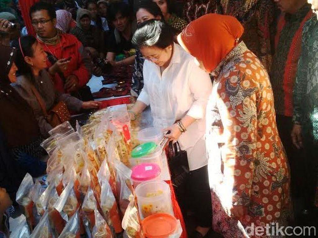 Megawati Sambangi Eks Lokalisasi Dolly Ditemani Risma