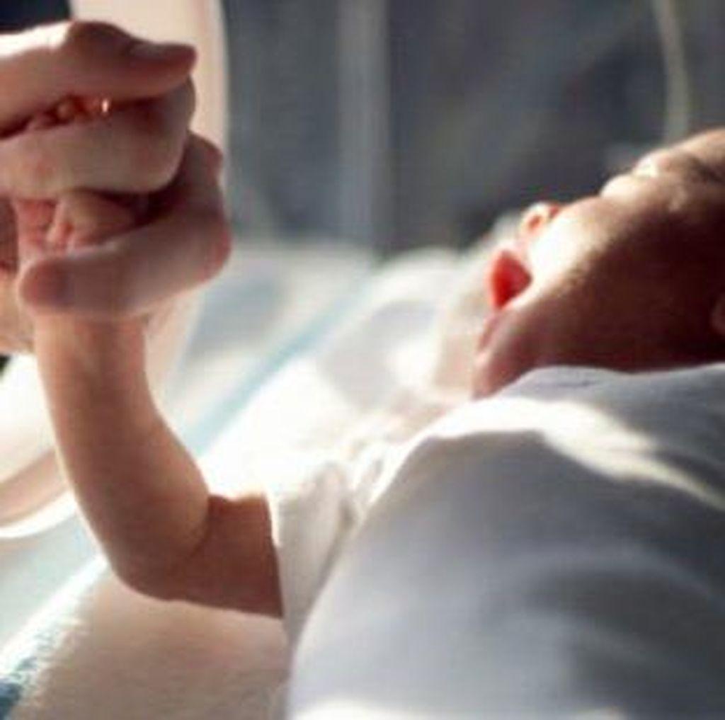 Dibuang di Toilet dan Kena Hipotermia, Bayi Baru Lahir Ini Berhasil Selamat