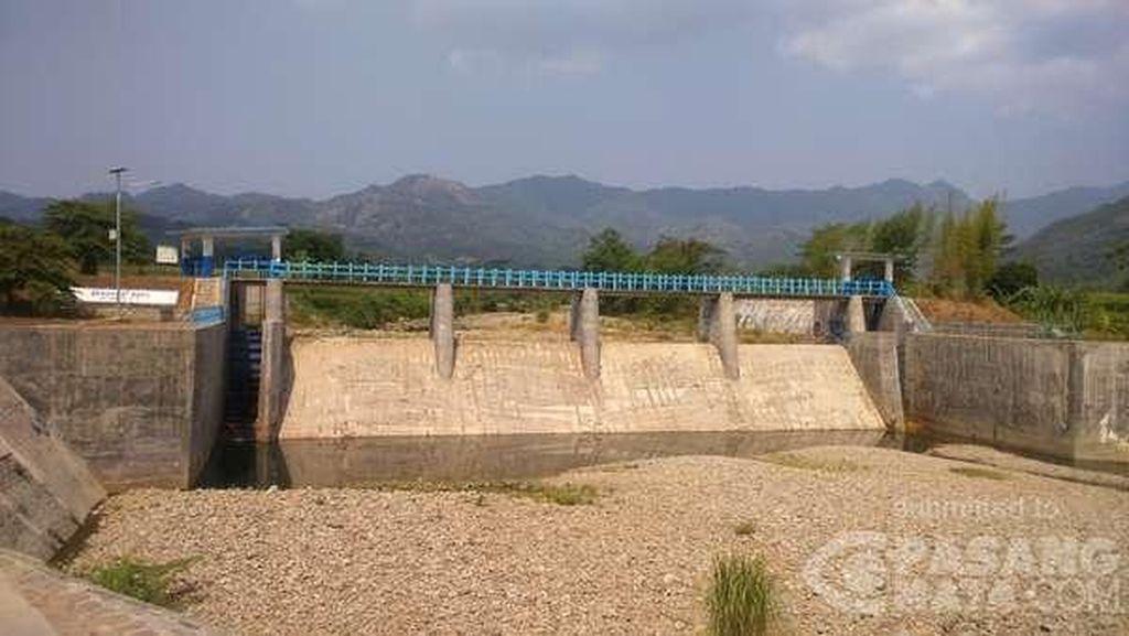 Penampakan Kemarau di Karawang yang Buat Sungai dan Bendungan Kering