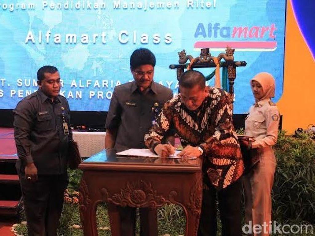 Gubernur Jawa Timur MoU Alfamart Class