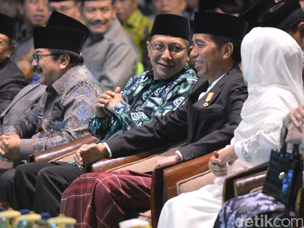 Jokowi Bersarung di Muktamar NU, dan Bercelana Panjang di Muktamar Muhammadiyah
