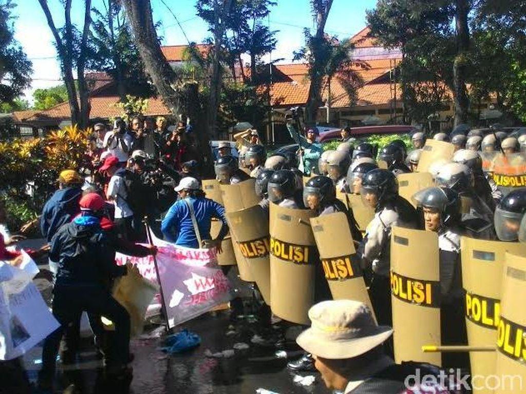 Penyerbuan Kantor KPU Disimulasikan Polisi