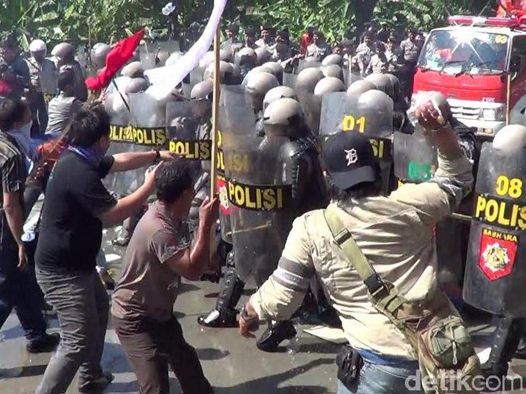 Polisi Simulasikan Penghentian Penyerbuan KPU Surabaya di Batas Kota