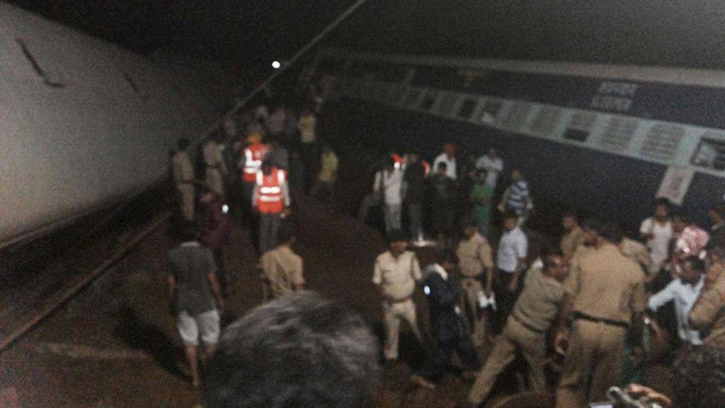 2 Kereta Anjlok Akibat Banjir di India, 20 Orang Tewas