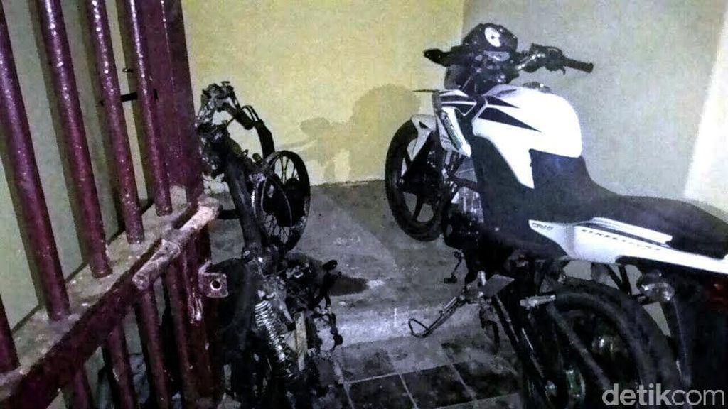 Diduga Pelaku Curanmor Dua Pemuda Dihajar Massa, Motornya Dibakar