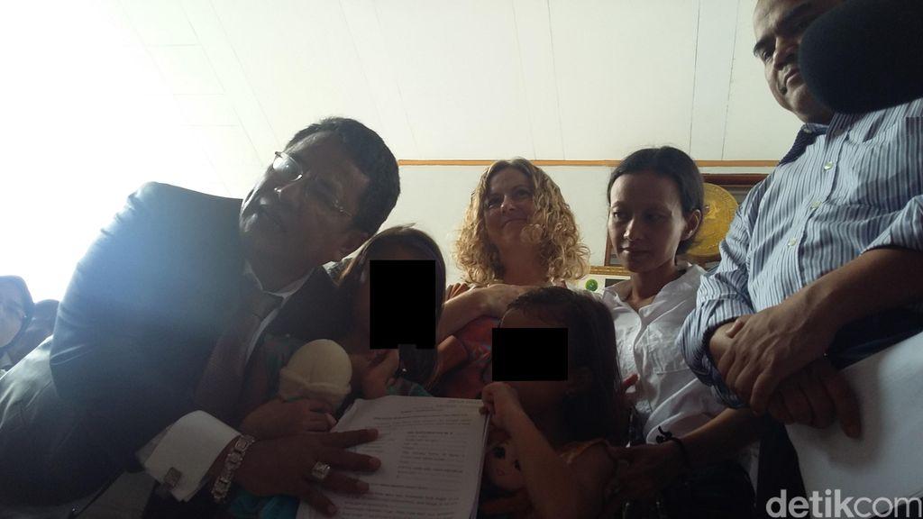 Senyum Bahagia Istri Sambut Bebasnya 2 Guru JIS di LP Cipinang