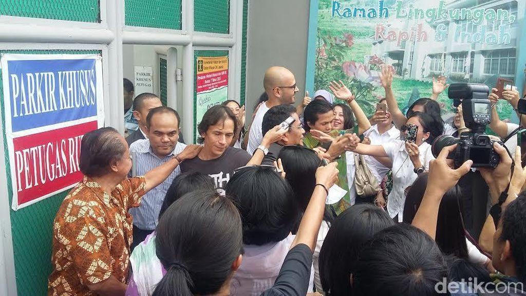 Dibebaskan dari Rutan Cipinang, 2 Guru JIS Dipeluk Istri