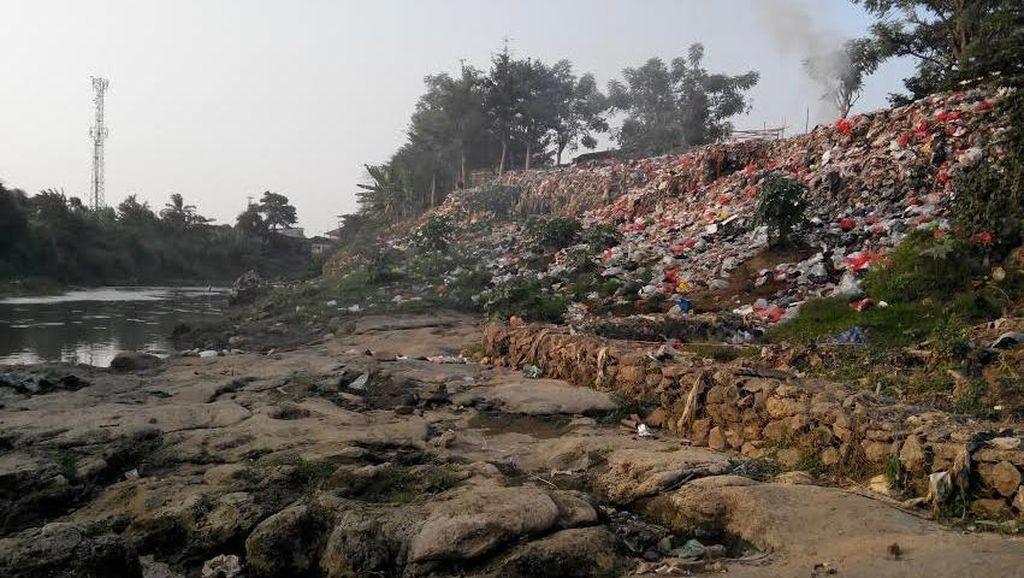 Melihat Tumpukan Sampah di Bantaran Kali di Bekasi, iiih Bauuu!