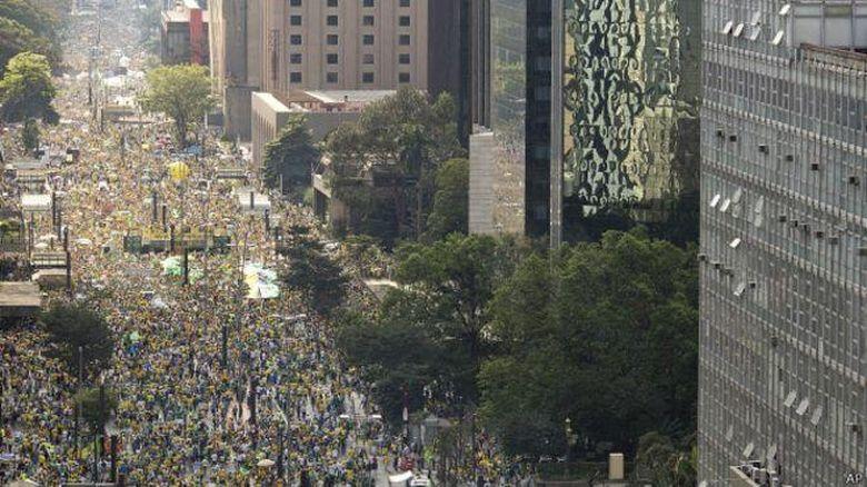 Puluhan Ribu Demonstran Tuntut Presiden Brasil Lengser