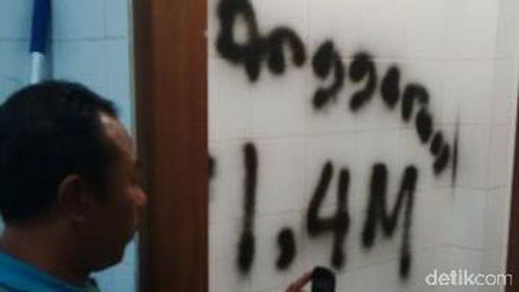 Anggota DPRD ini Marah dan Coret-coret Dinding karena Toilet Rusak