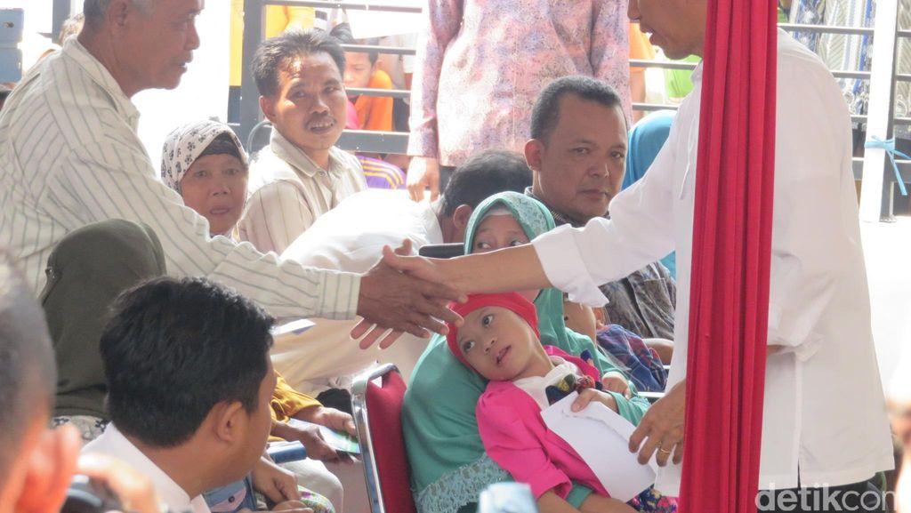 Bagikan Kartu Sakti, Jokowi: Kalau Sakitnya Parah Baru Dirujuk ke RS