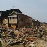 Backhoe Tak Kuasa Robohkan Rumah Hajah Nani di Kampung Pulo