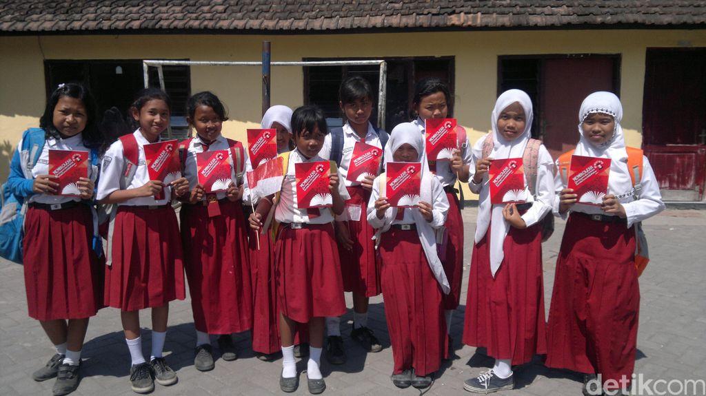Girangnya Siswa SD dan Korban Lumpur Lapindo Peroleh Buku dan Kaos Jokowi