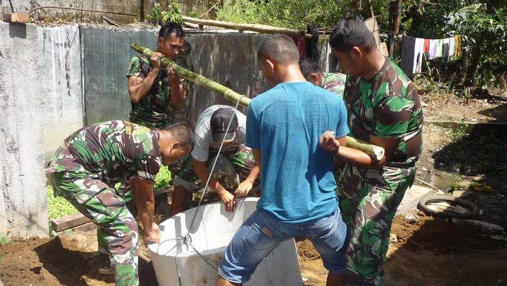 Semangat! Anggota TNI di Aceh ini Bahu Membahu Bangun WC untuk Warga Tak Mampu