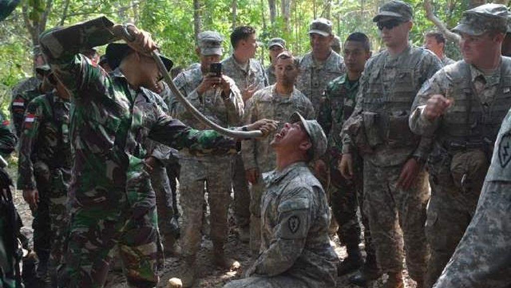 Prajurit Kostrad Ajari Tentara Amerika Makan Daun dan Minum Darah Kobra
