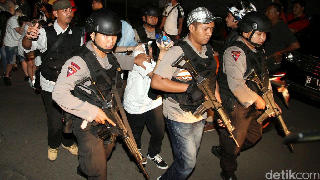 Puluhan Polisi Datangi Kampung Karangkajen Cari Pelaku Penganiayaan