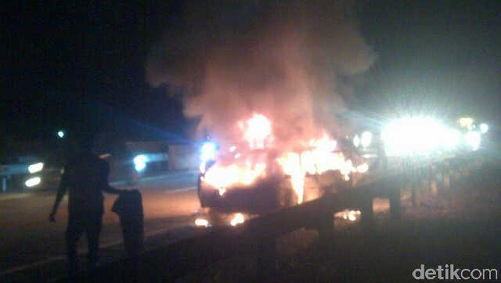 Mobil Boks Terbakar di Ruas Tol Pluit Arah Bandara Cengkareng