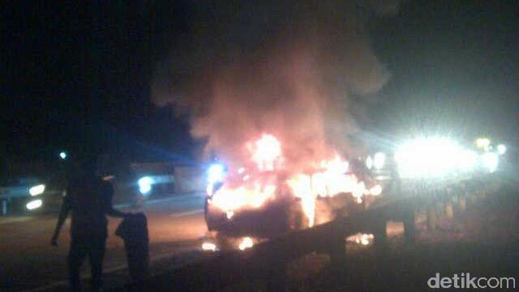 Minibus Terbakar di Depan RS Mitra Keluarga Cibubur