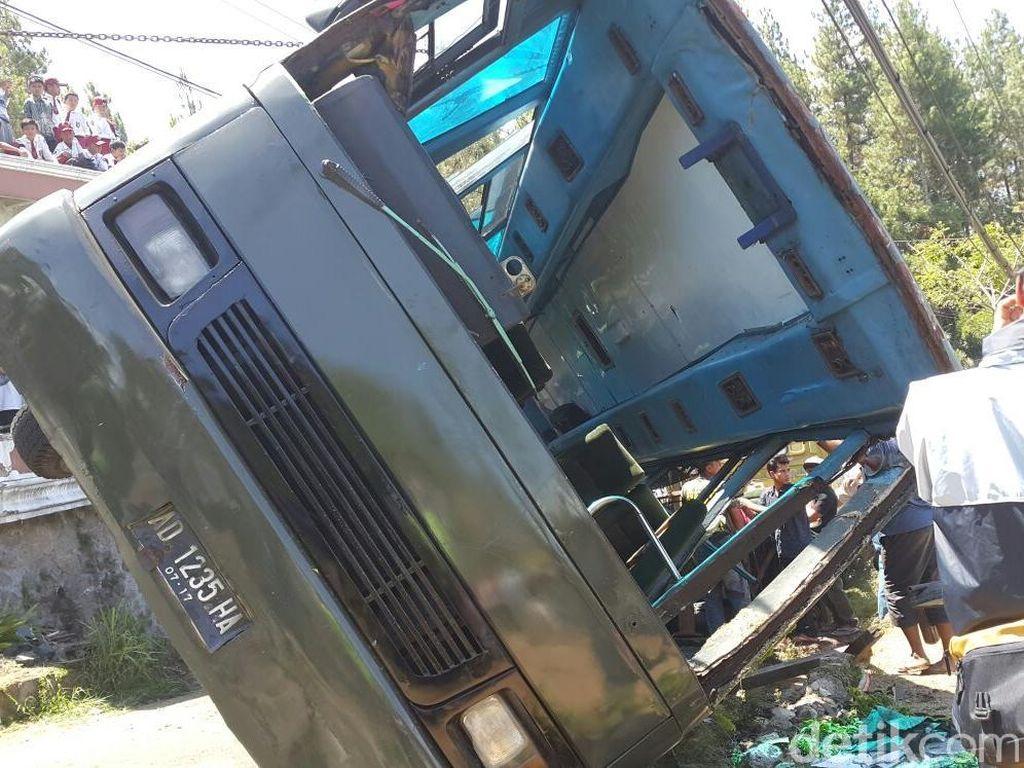 Bus Mirip Kendaraan TNI Terjungkal di Cianjur, 8 Orang Terluka
