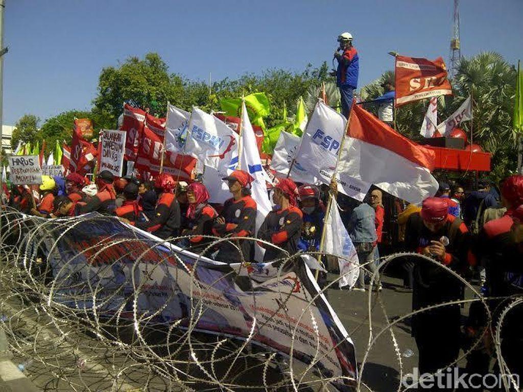 Buruh Demo, Jalan di Depan Gedung Grahadi Ditutup
