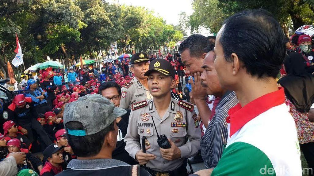 Sambil Jaga Keamanan, Kapolres Jakpus Traktir Para Buruh