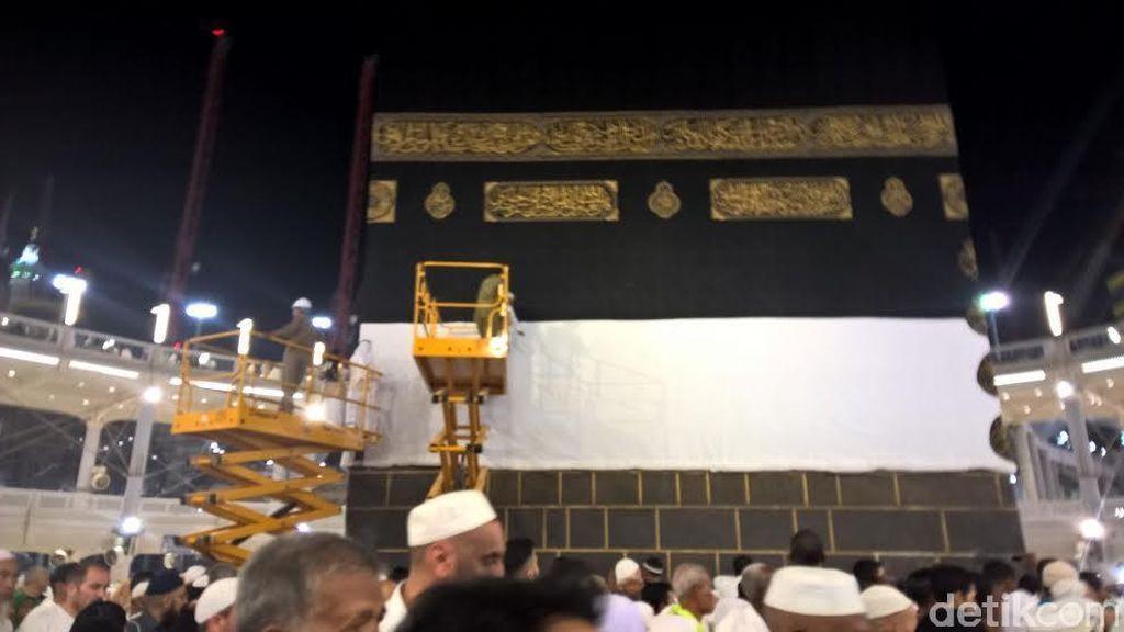 Jemaah Haji Mulai Membeludak di Masjidil Haram, Seperempat Kiswah Kabah Digulung