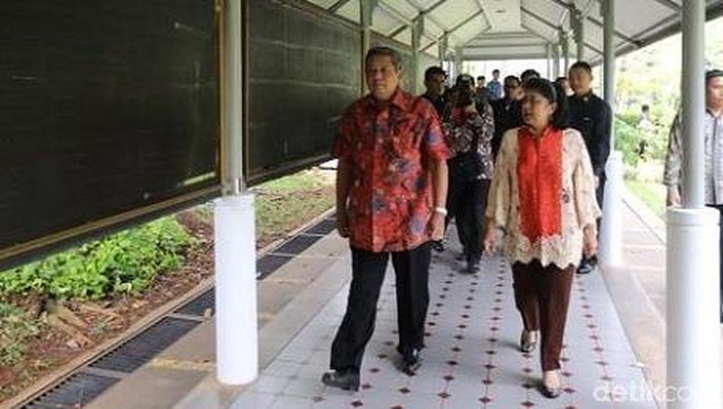 Sorak Ribuan Mahasiswa dan Tawa Bu Ani Menyaksikan Foto SBY Muda