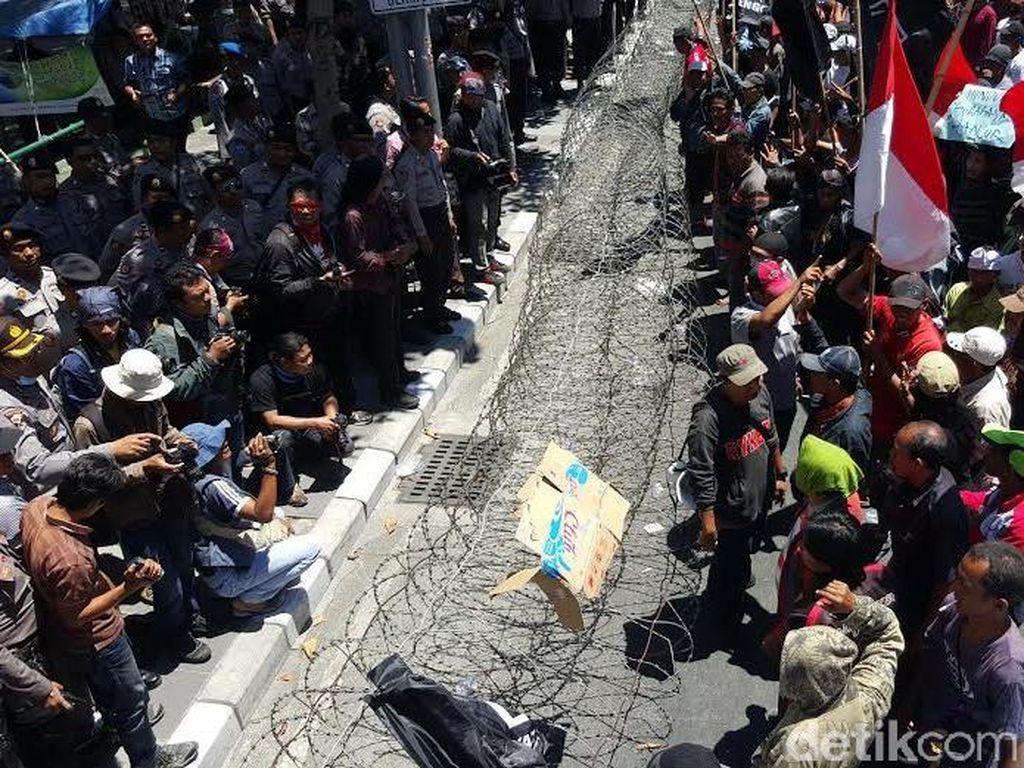 Unjuk Rasa Warga Surabaya Menggugat di KPU Sempat Ricuh dengan Polisi