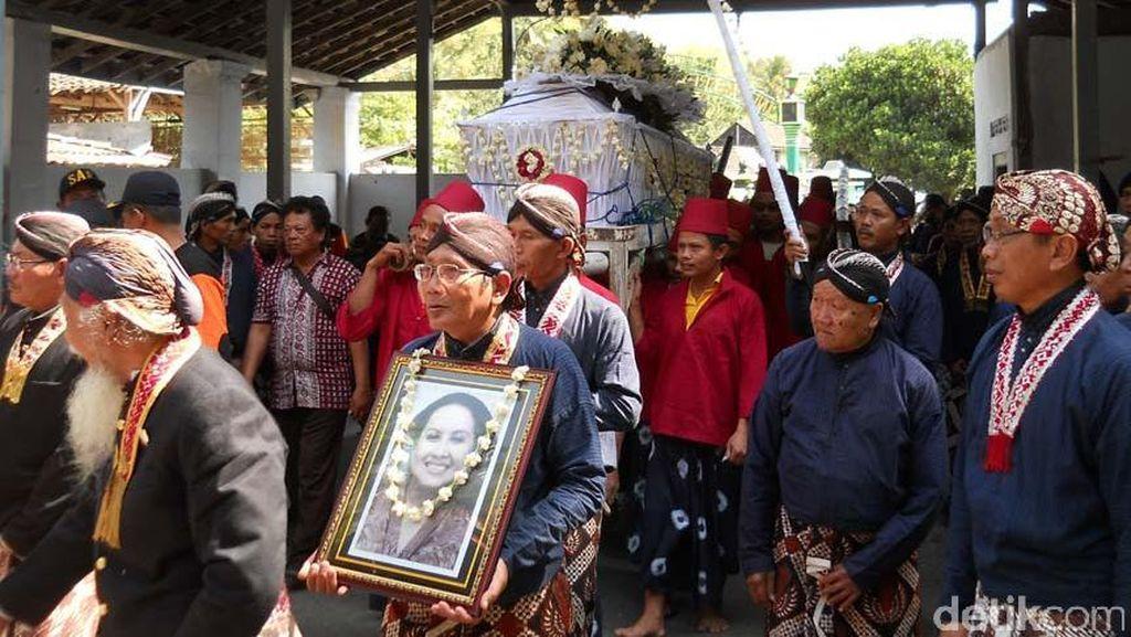 KRAy Nindyokirono Dimakamkan di Samping Sultan HB IX