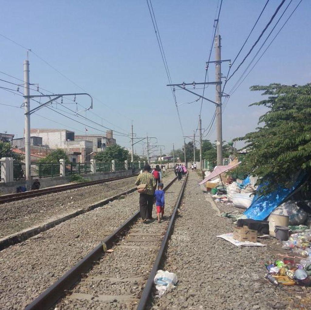 Entah Kenapa, Commuter Line Berhenti 15 Menit Jelang Stasiun Duri