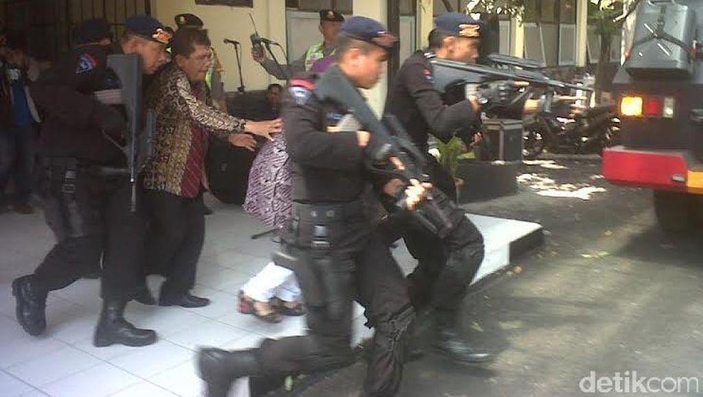 Polisi Selamatkan Sandera dan Jinakkan Bom Saat Simulasi Pengamanan Pilkada