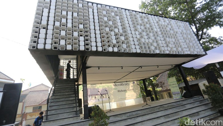 Seperti Ini Perpustakaan yang Terbuat dari 2.000 Ember Bekas Es Krim di Bandung