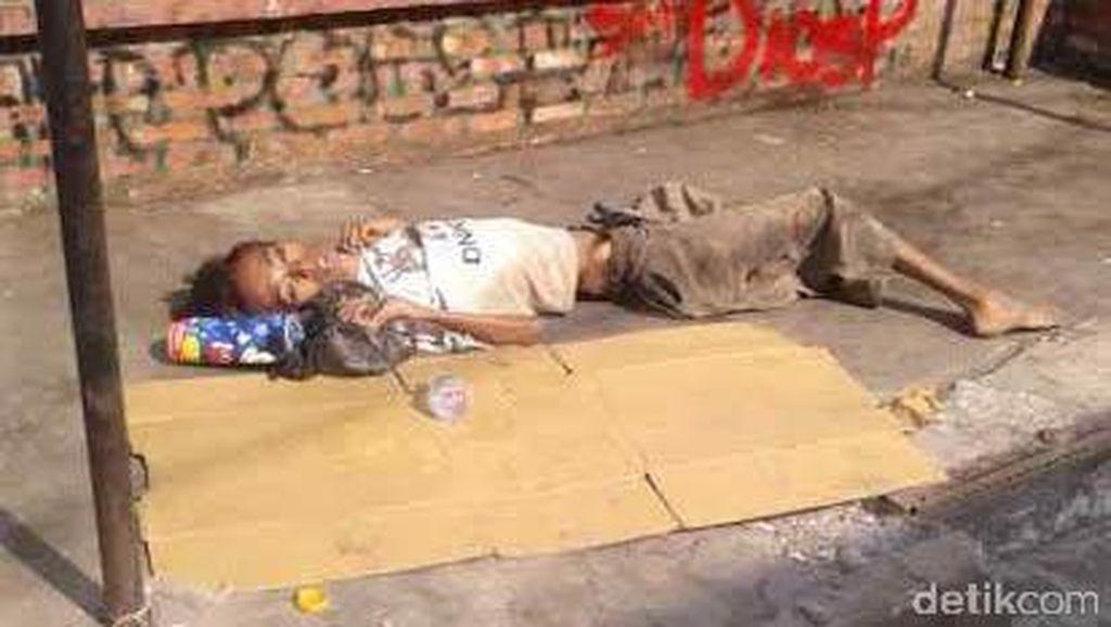 Diduga Sakit, Pria Bertubuh Kurus ini Meninggal di Trotoar di Ciputat
