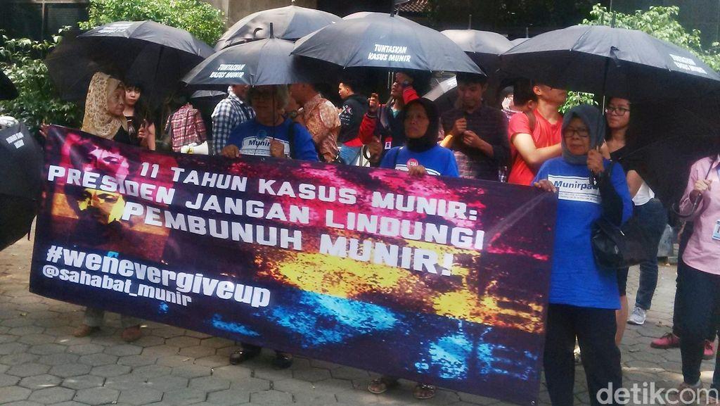 Minta Kasus Munir Diusut, Massa Berpayung Hitam Jalan Kaki ke PT TUN Cikini